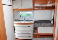 Wohnwagen (Heckküche mit Sitzecke)